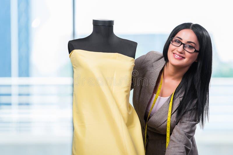 Kobieta krawczyna pracuje na nowej odzieży zdjęcia stock