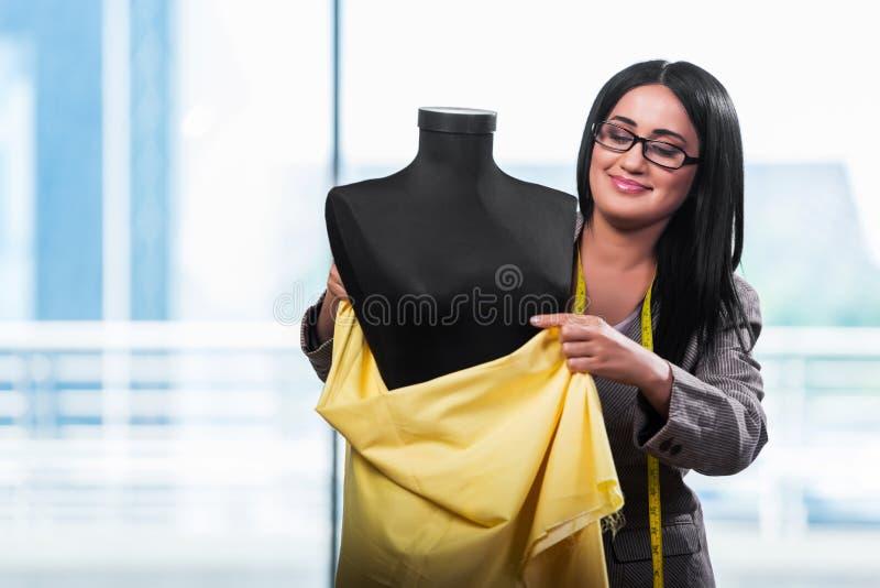 Kobieta krawczyna pracuje na nowej odzieży zdjęcie royalty free