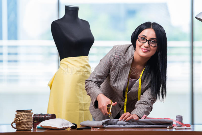 Kobieta krawczyna pracuje na nowej odzieży obrazy stock