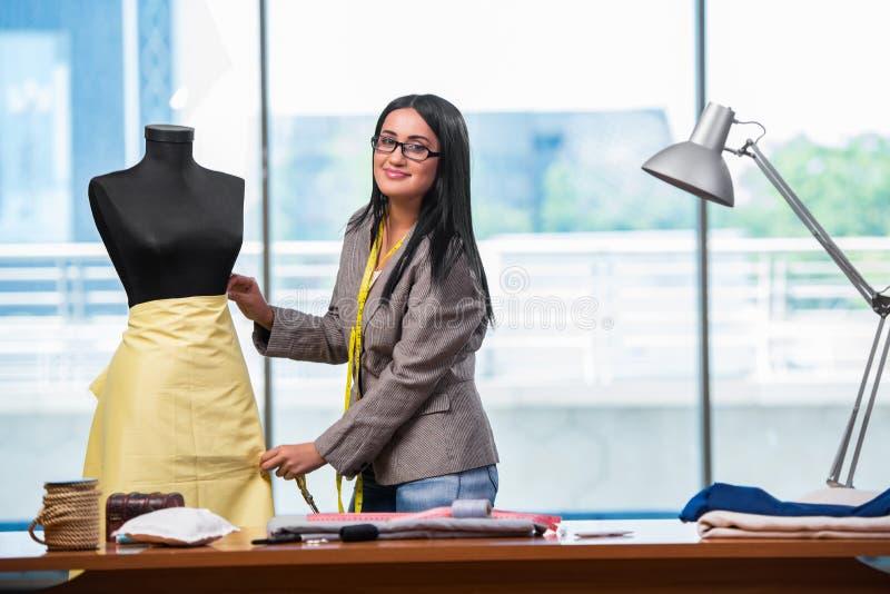 Kobieta krawczyna pracuje na nowej odzieży zdjęcia royalty free