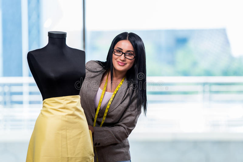 Kobieta krawczyna pracuje na nowej odzieży fotografia stock