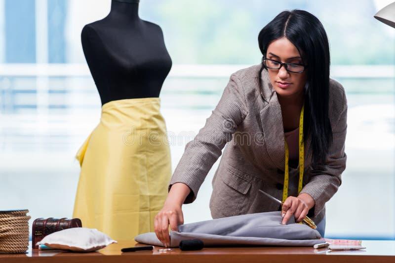 Kobieta krawczyna pracuje na nowej odzieży obrazy royalty free