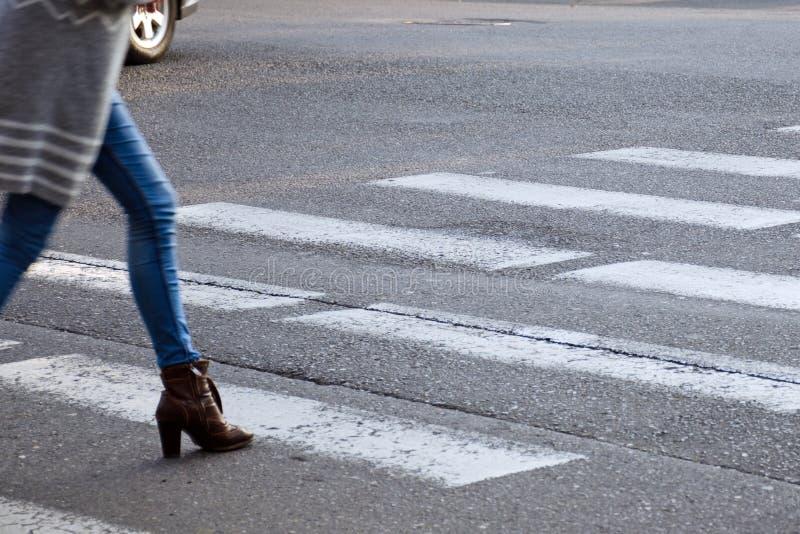 Kobieta krzyżuje drogę na zwyczajnym skrzyżowaniu tło plama zamazywał chwyta frisbee doskakiwania ruch fotografia royalty free
