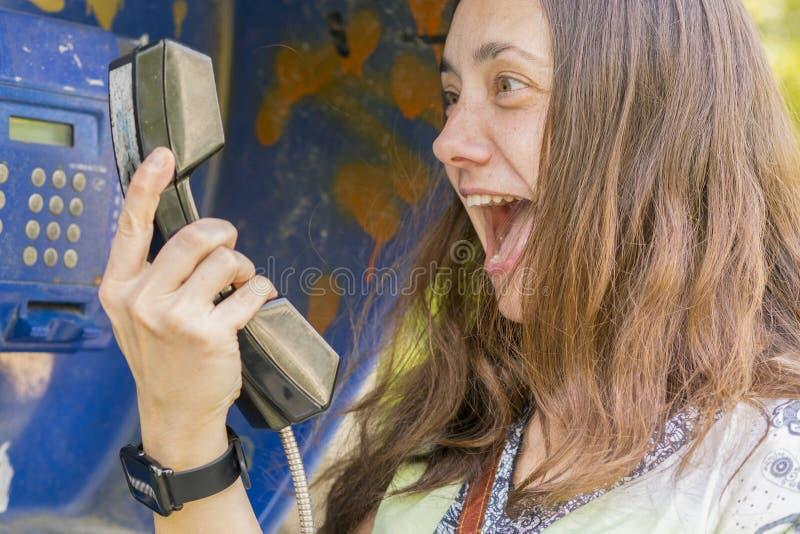 Kobieta krzyczy w handset Pojęcie bełt niekompetencja i skandal obraz stock
