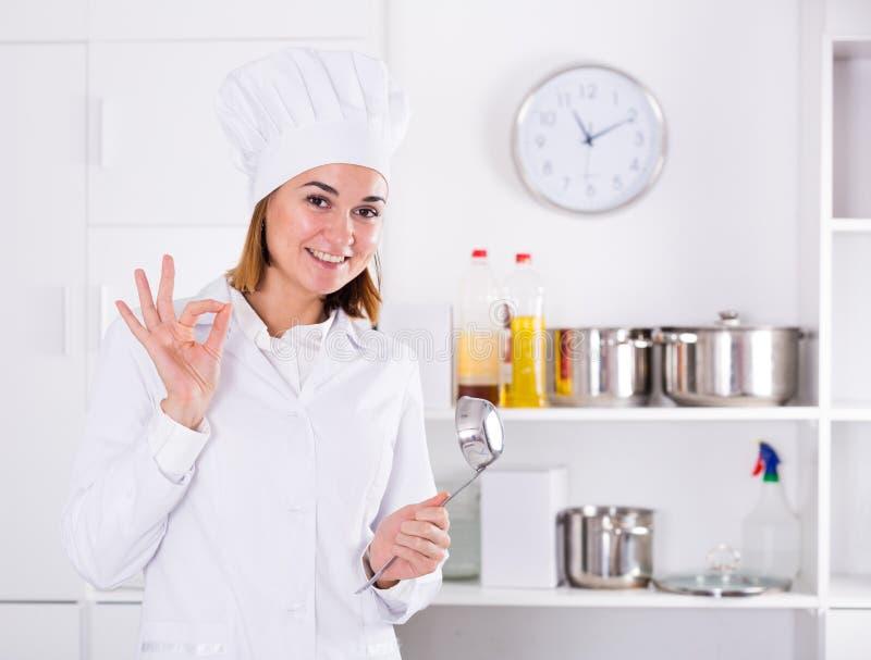 Kobieta kucharz przy pracą fotografia stock