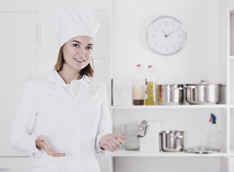 Kobieta kucharz przy pracą obrazy stock