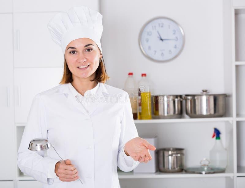 Kobieta kucharz przy pracą obraz royalty free