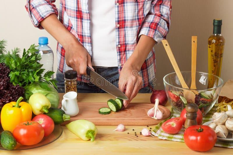 Kobieta kucharzi przy kuchnią, część ciała, zamazany tło zdjęcia royalty free