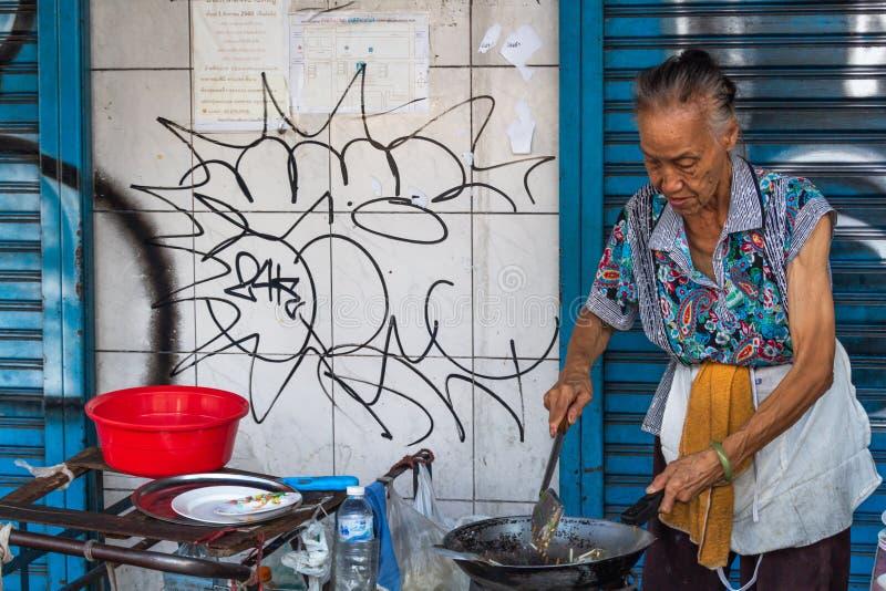 Kobieta kulinarny uliczny karmowy Bangkok zdjęcia stock