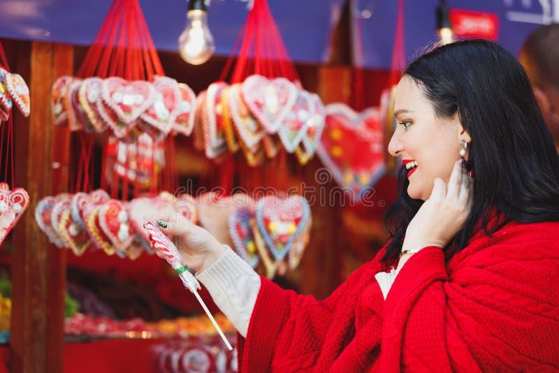 Kobieta kupująca tradycyjne świąteczne świece na rynku świątecznym obrazy royalty free