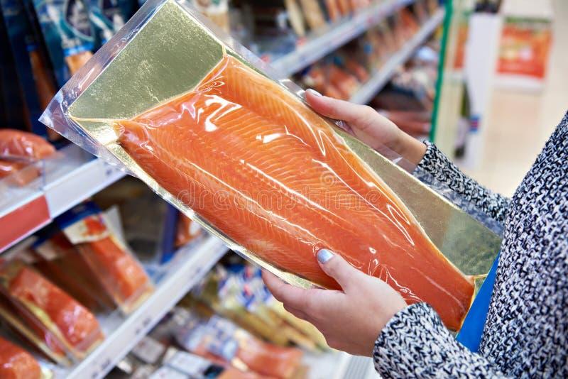 Kobieta kupuje w supermarket solącym łososiu zdjęcia royalty free