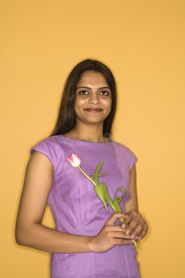 kobieta kwiatek gospodarstwa fotografia stock