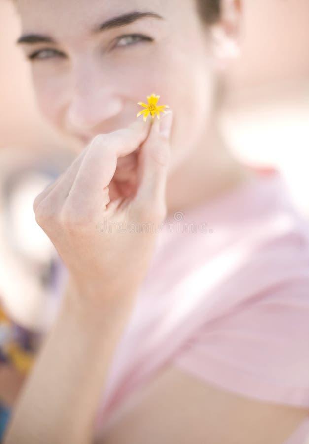 kobieta kwiatek gospodarstwa obraz stock