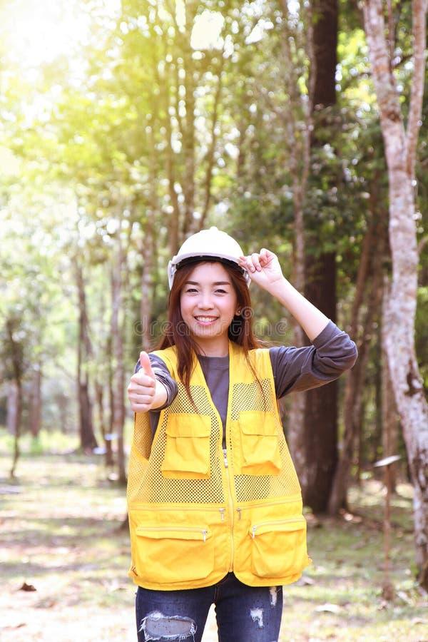 Kobieta-leśniczka pokazująca kciuk jako dobry znak w lesie Moc kobiet, równość płci Kobieta pracująca obraz stock