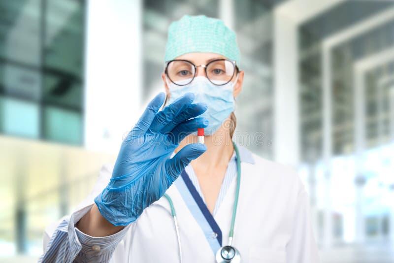 Kobieta-lekarz trzymająca tabletkę w ręku Lekarz przedstawia lekarstwo i leczenie zdjęcia royalty free