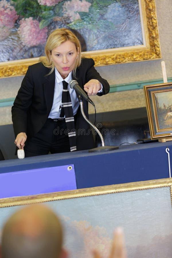 Kobieta licytator sprzedaje licytant obraz stock