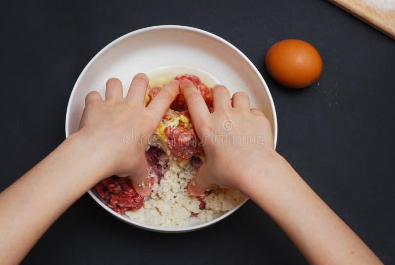 Kobieta lub mała dziewczynka Wręczamy robić Minced Mięsnemu farszowi na kuchennego stołu tle, odgórny widok Gotować, przepisy, i fotografia stock