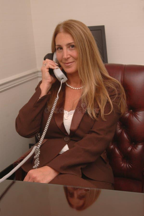 kobieta mówi regulacyjnych telefon zdjęcie royalty free