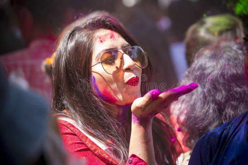 Kobieta mażąca z barwionym proszkiem, wp8lywy rozdziela w świętowaniach Dol Utsav festiwal fotografia royalty free