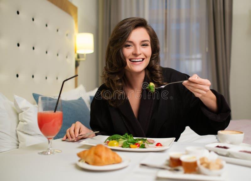 Kobieta ma śniadanie w hotelu zdjęcia royalty free