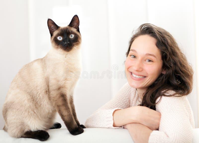 Kobieta ma dobrych czasy z kotem w domu fotografia royalty free