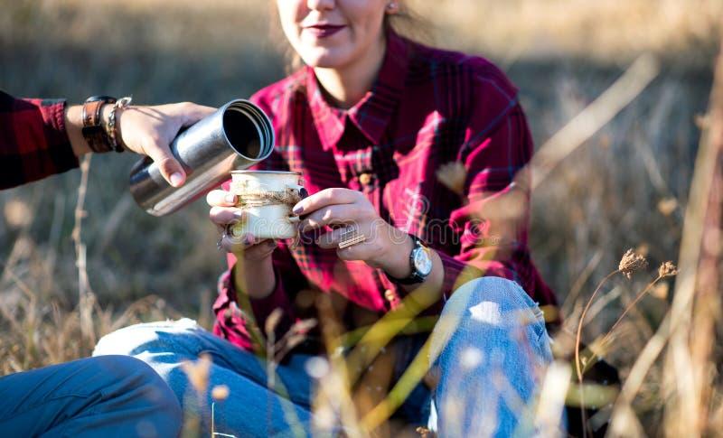 Kobieta ma filiżanka kawy outdoors zdjęcia stock