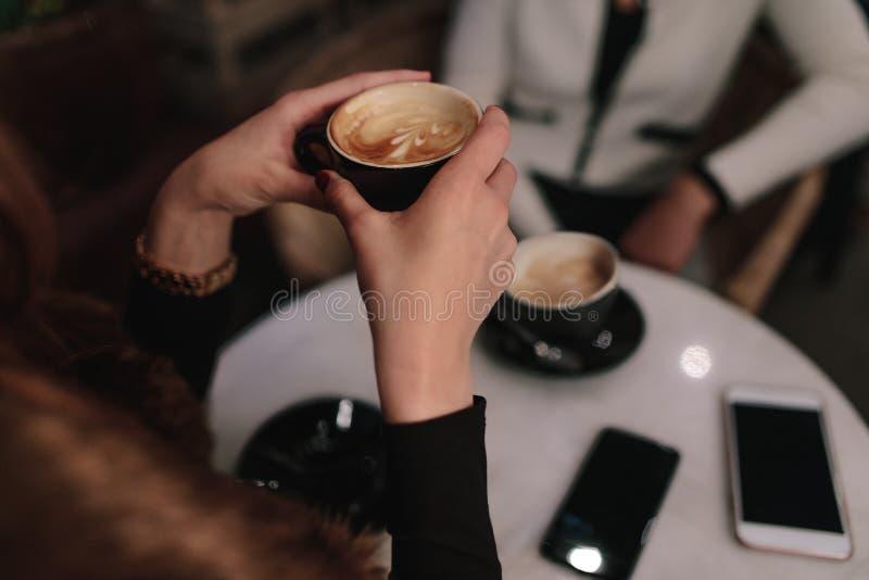 Kobieta ma kawę z przyjacielem przy kawiarnią obrazy royalty free