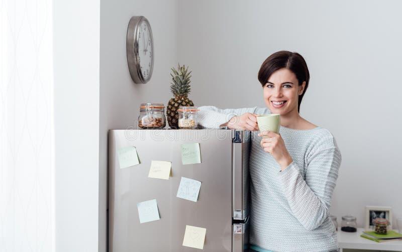 Kobieta ma kawową przerwę w domu obraz royalty free