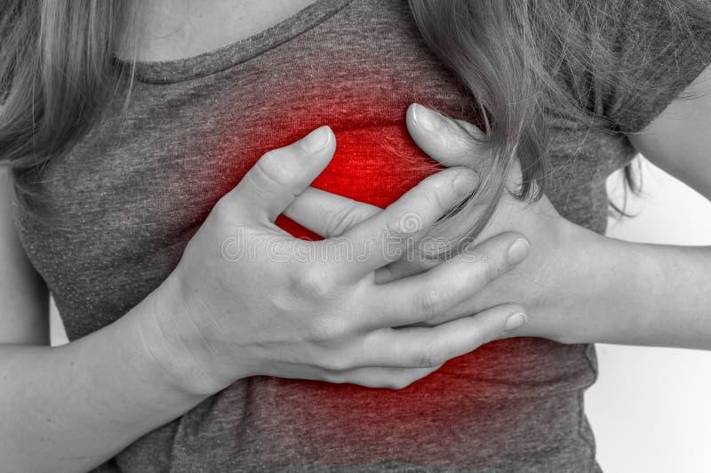 Kobieta ma klatka piersiowa ból, atak serca obrazy royalty free
