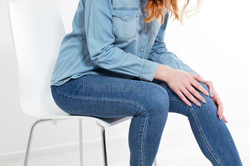Kobieta ma kolano ból w medycznej biurowej kopii przestrzeni zdjęcia stock