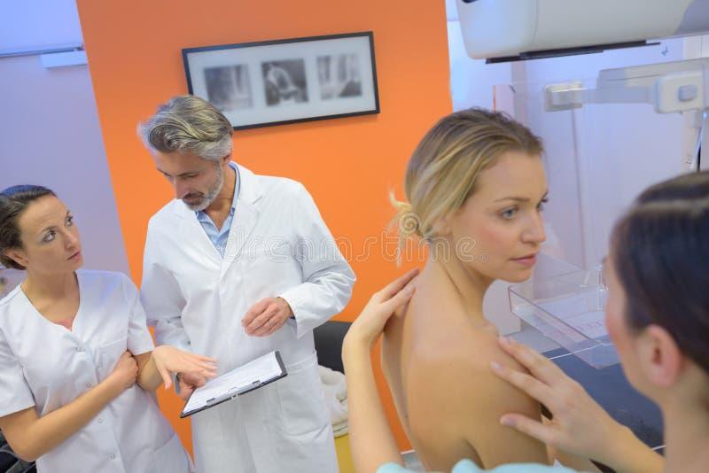 Kobieta ma mammografiego otaczającego zaopatrzeniem medycznym obraz stock