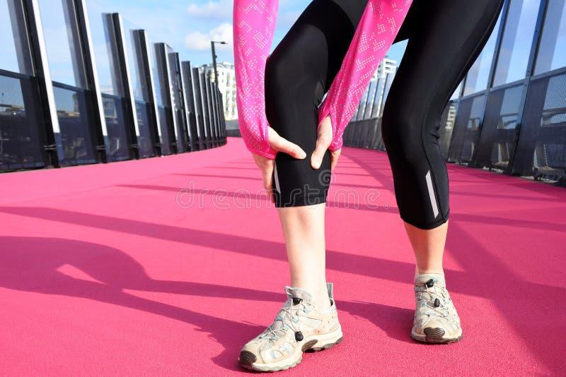 Kobieta ma mięśnia drętwienie na jaskrawej różowej drodze obraz stock