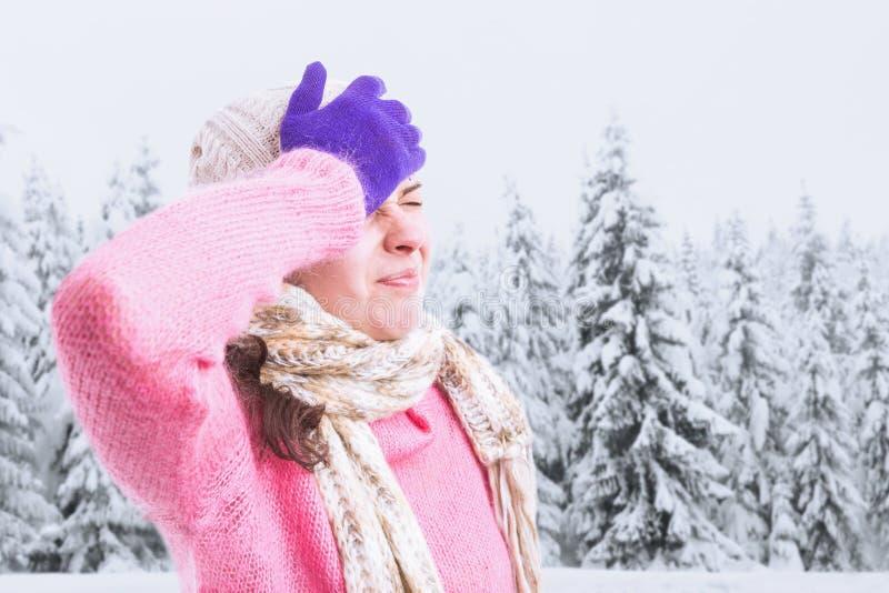 Kobieta ma migreny wzruszającego czoło z ręką obrazy stock