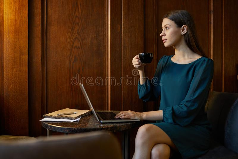 Kobieta ma odpoczynek zdjęcia stock