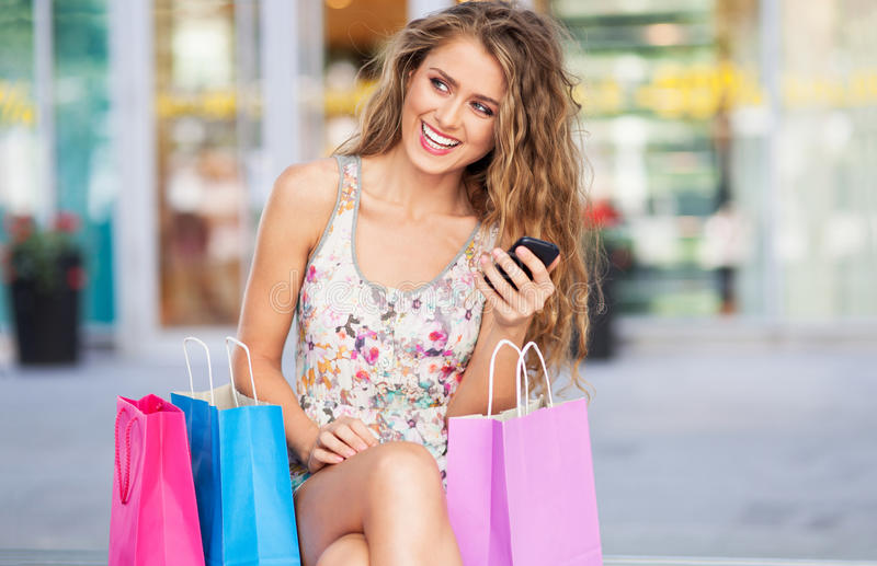 Kobieta ma przerwę od zakupy obrazy stock