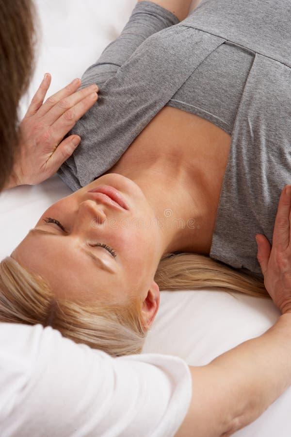 Kobieta ma Shiatsu masaż obraz stock