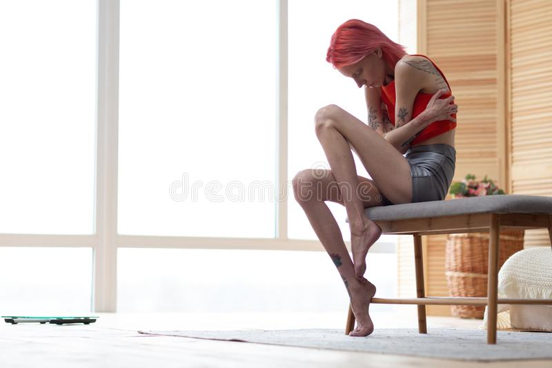 Kobieta ma stomachache cierpienie od zaburzenia od?ywania zdjęcie royalty free