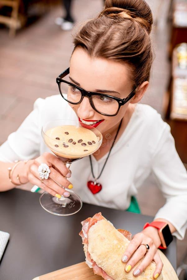 Kobieta ma tradycyjnego włoskiego lunch zdjęcia stock