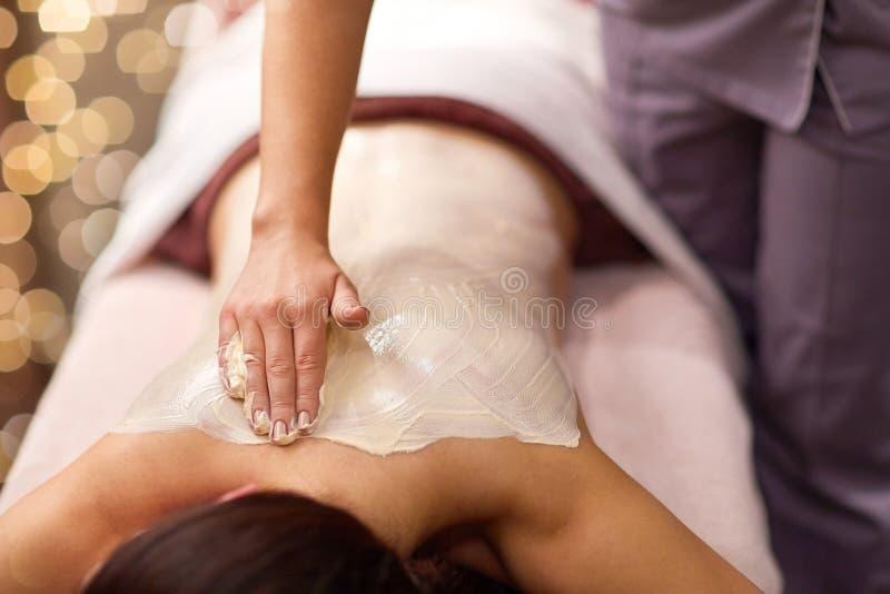Kobieta ma tylnego masaż z śmietanką przy zdrojem zdjęcia royalty free