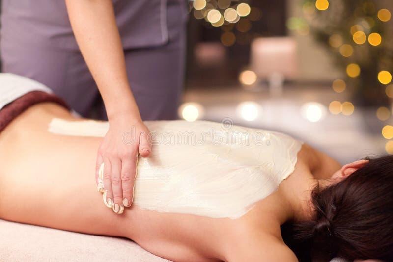Kobieta ma tylnego masaż z śmietanką przy zdrojem obrazy royalty free