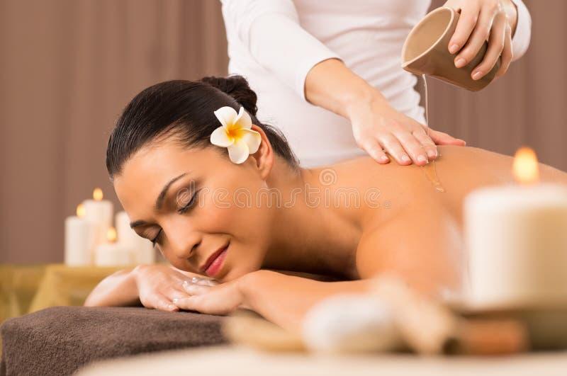 Kobieta Ma Tylnego Nafcianego masaż obrazy stock