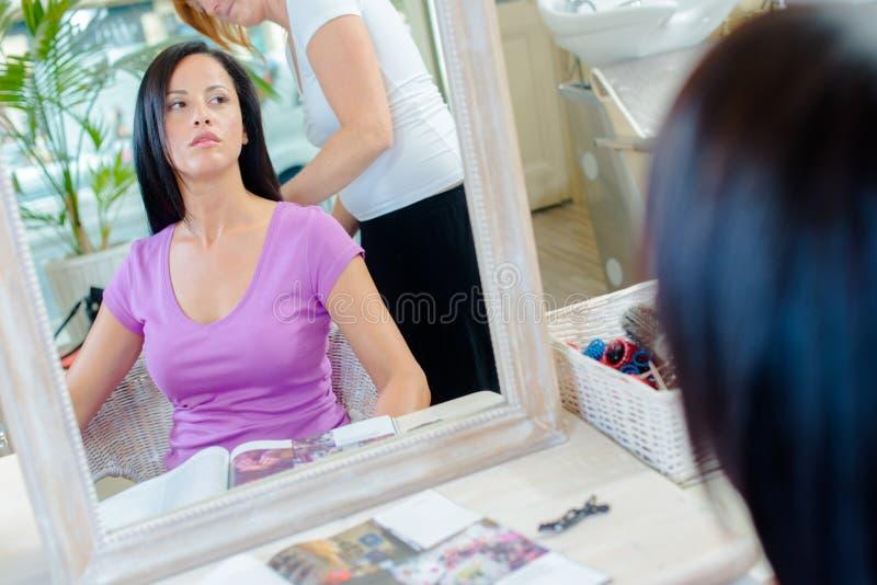 Kobieta ma usługa w salonie obrazy royalty free