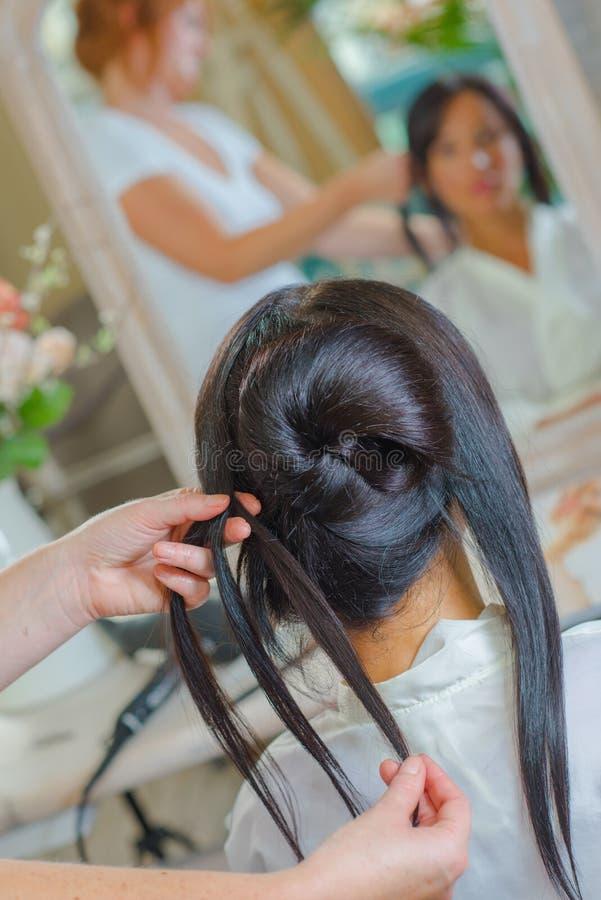 Kobieta ma włosy projektującego fryzjerem obraz royalty free