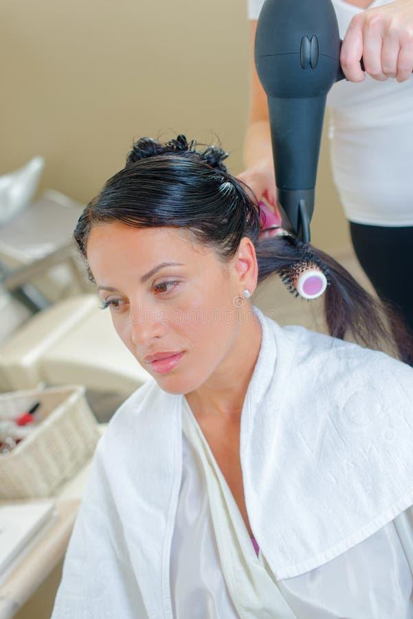 Kobieta ma włosy robić w włosianym salonie obraz royalty free