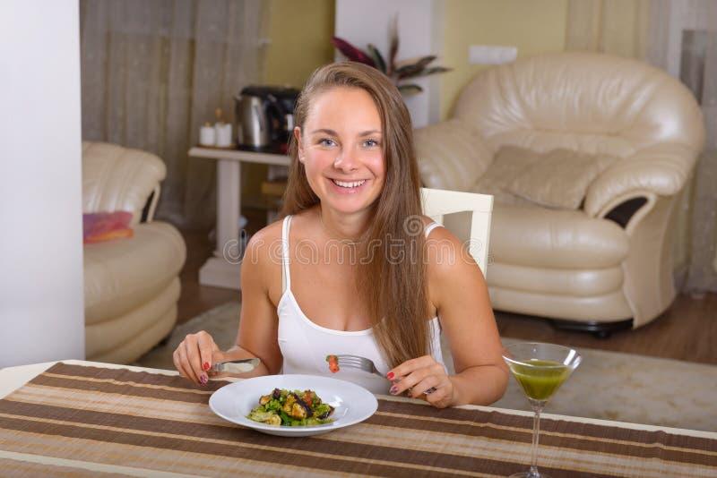 Kobieta ma wyśmienicie obiadowej łatwej zdrowej sałatki obrazy stock