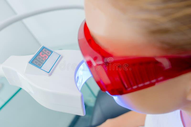 Kobieta ma zębu promieniowanie rentgenowskie fotografia royalty free