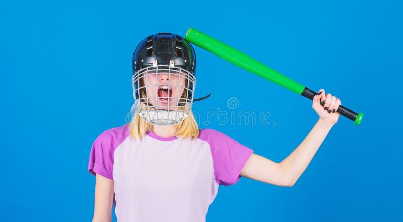 Kobieta ma zabawę podczas baseball gry Dziewczyny blondynki odzieży baseballa ładny hełm i chwyt uderzamy na błękitnym tle Bije o obrazy royalty free