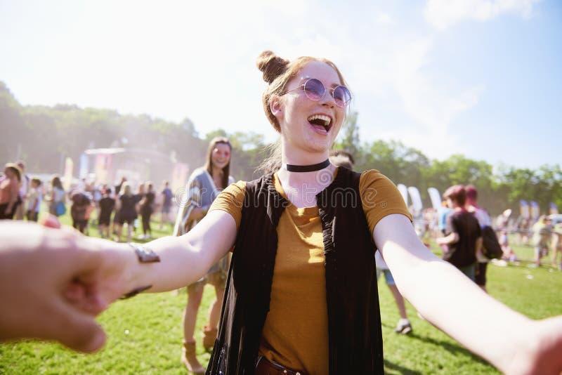 Kobieta ma zabawę przy lato festiwalem obraz royalty free