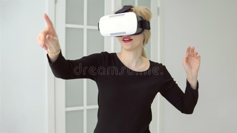 Kobieta macha ona z rzeczywistość wirtualna szkłami ręki zdjęcia stock