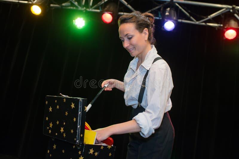 Kobieta magik w śmiesznym pojęciu zdjęcie royalty free